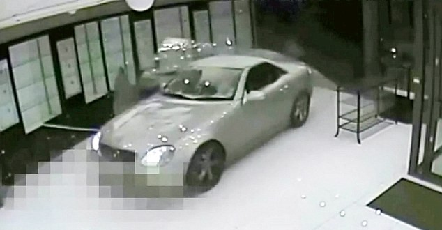 Smash and Grab Robbers use a Mercedes