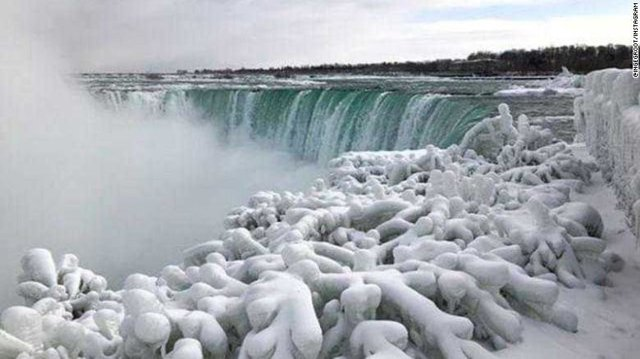 Strange cold weather in Canada; Niagara froze!